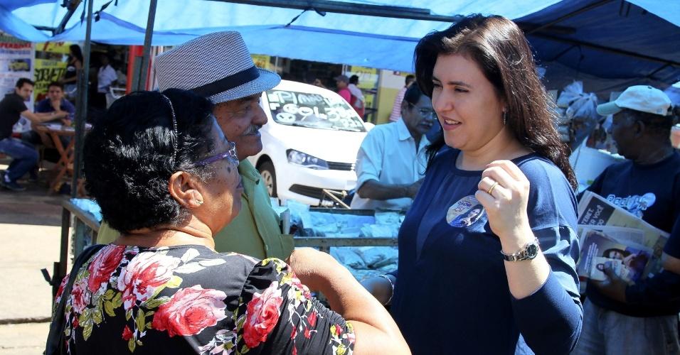 21.set.2014 - Simone Tebet, candidata do PMDB ao Senado Federal pelo Mato Grosso do Sul, fala com eleitores em visita a feira no bairro Moreninhas, em Campo Grande