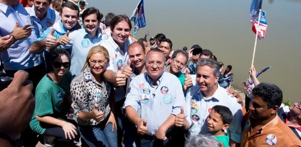 Pedro Taques (fazendo sinal de positivo) recoloca o PDT no poder em MT