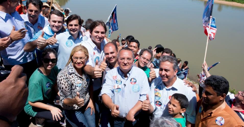 22.set.2014 - Candidato do PDT ao governo do Mato Grosso, Pedro Taques posa para foto com militantes e colegas de campanha no município de Cáceres