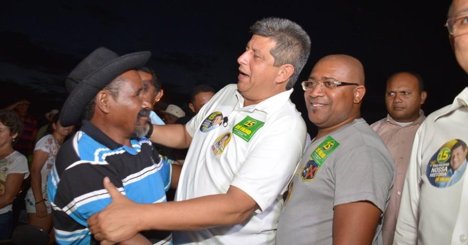 22.set.2014 - Zé Filho, candidato do PMDB ao governo do Piauí, abraça eleitor durante evento de campanha em Inhuma