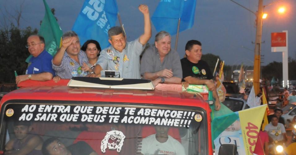 22.set.2014 - Zé Filho, candidato do PMDB ao governo do Piauí (ao centro de braço erguido), participa de carreata em Barras