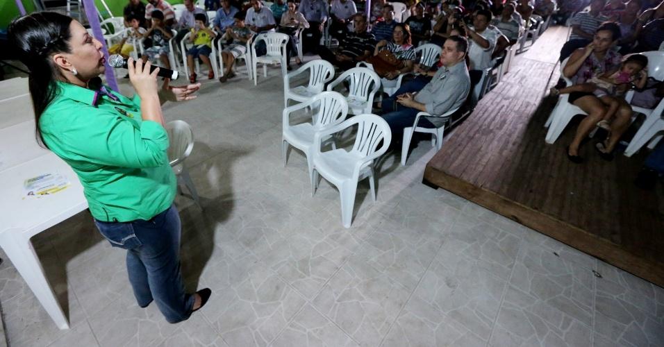 23.set.2014 - Janete Riva, candidata do PSD ao governo do Mato Grosso, fala a funcionários da agência estadual MT Fomento; ela promete a criação do Bolsa Família Estadual