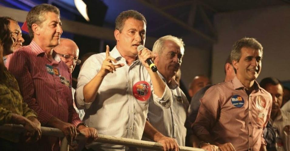 23.set.2014 - O candidato ao governo da Bahia, Rui Costa (PT), participa de comício em Cruz das Almas, no interior do Estado