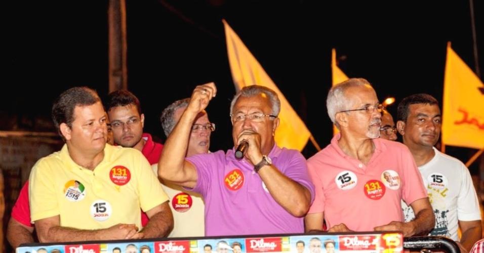23.set.2014 - O candidato de PMDB ao governo do Sergipe, Jackson Barreto (centro), discursa durante carreata em Baixo do Manoel Pereira