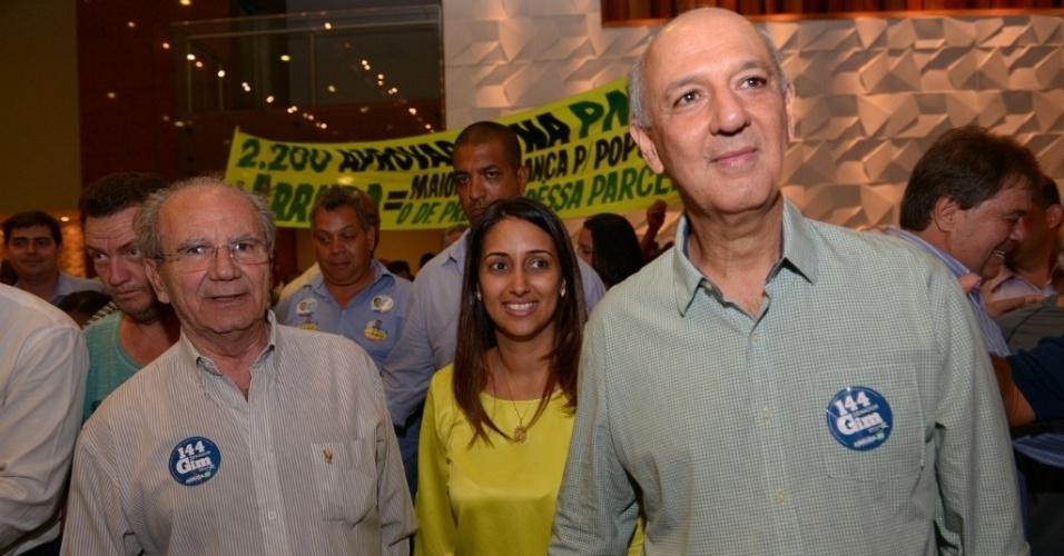 23.set.2014 - O candidato do PR ao governo do Distrito Federal, Jorjan Frejat (à esq.) participa de ato de campanha na Hípica, em Brasília, ao lado da candidata a vice, Flávia Arruda (PR), e do ex-governador José Roberto Arruda (PR)