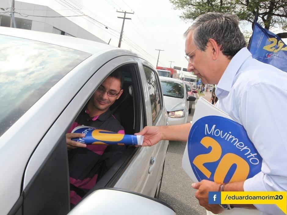 23.set.2014 - O candidato do PSC ao governo de Sergipe, Eduardo Amorim (à dir.), participa de panfletagem na avenida Tancredo Neves, em Aracaju