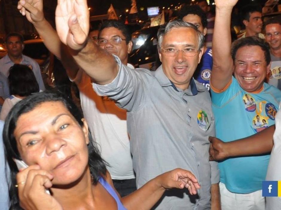 23.set.2014 - O candidato do PSC ao governo de Sergipe, Eduardo Amorim (centro), cumprimenta eleitores no conjunto Jardim, em Nossa Senhora do Socorro