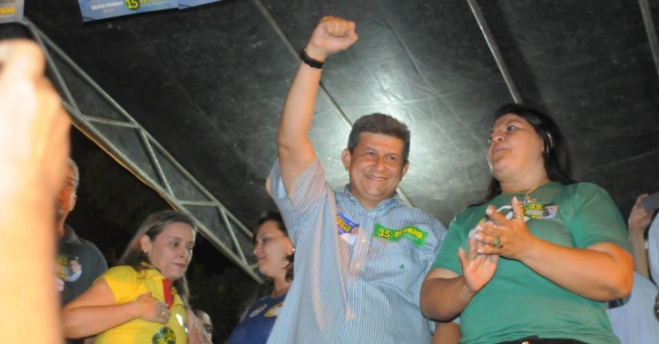 23.set.2014 - Zé Filho, candidato do PMDB ao governo do Piauí, saúda eleitores durante comício em Campo Maior