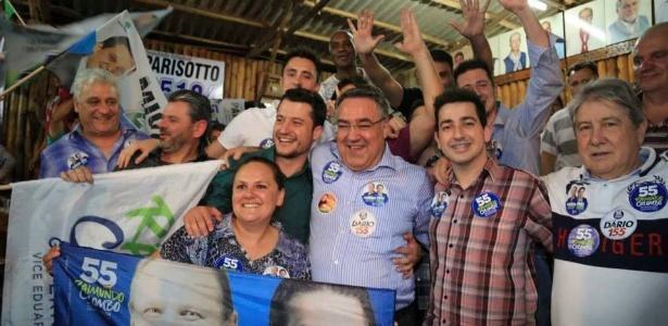 Raimundo Colombo (PSD, ao centro de camisa azul) durante campanha em SC