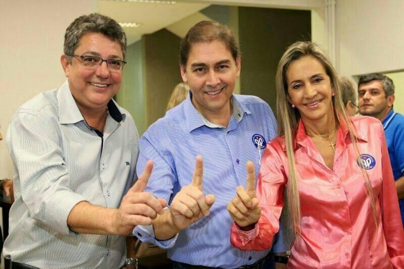 24.jul.2014 - Alcides Bernal (centro), candidato do PP ao Senado pelo Mato Grosso do Sul, ao lado de Evander Vendramini, postulante ao governo do MS, e sua vice, Virginia Magrini