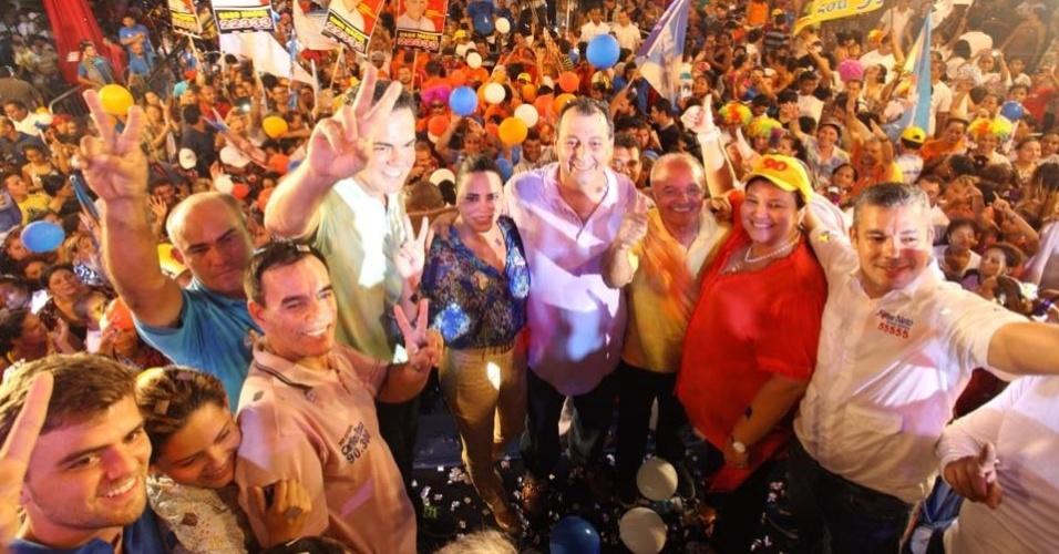 24.set.2014 - Multidão de apoiadores participa de comício do ex-governador e candidato ao Senado Omar Aziz (esq.), do PSD-AM, realizado no Via Norte Show em Manaus