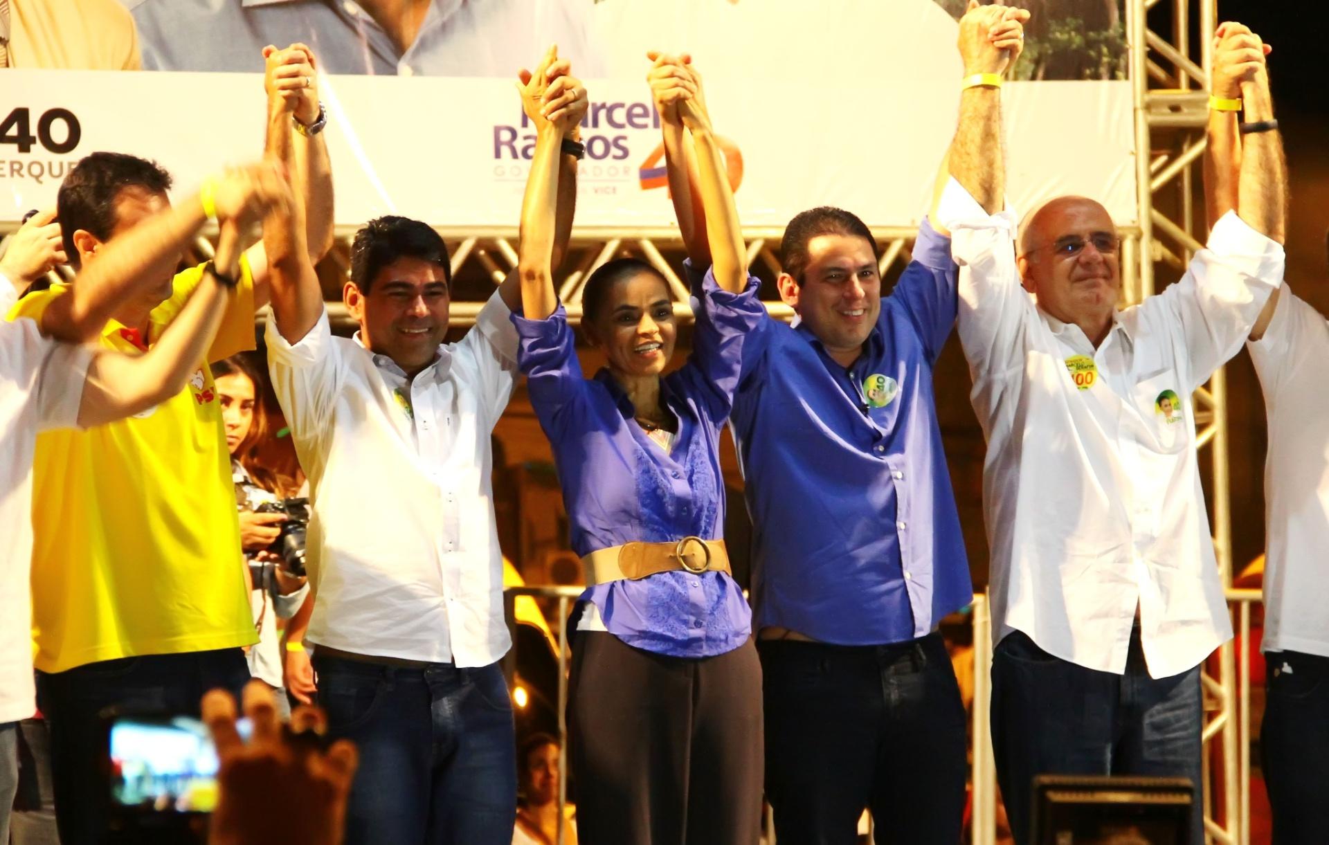 24.set.2014 - A candidata à Presidência da República Marina Silva (PSB) encerra comício durante visita a Manaus (AM). O evento ocorreu no bairro da Alvorada 1 e teve a participação do candidato ao governo de Amazonas Marcelo Ramos (à esq. de Marina), também do PSB, e de outras lideranças locais