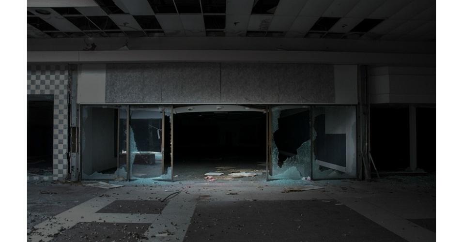 24.set.2014 - A ideia do projeto surgiu depois de Lawless visitar dois shoppings em Ohio, nos Estados Unidos, que costumava frequentar quando criança. Chegando lá, encontrou os edifícios em ruínas