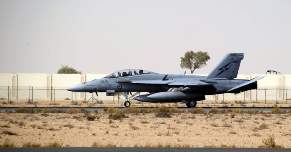 24.set.2014 - A imagem fornecida pelo Departamento de Defesa da Austrália mostra avião com membros das forças armadas em Al Minhad, base aérea em Dubai, nos Emirados Árabes. O primeiro-ministro australiano, Tony Abbott, afirmou ontem que, embora seu governo ainda não tenha decidido sobre o envolvimento militar no Iraque para combater o Estado Islâmico (EI), estará por perto. Neste mês, a Austrália elevou o alerta terrorista ao nível
