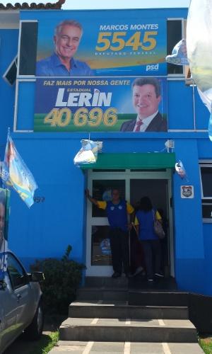 24.set.2014 - Apoiadores de Aécio foram até o comitê de Marcos Montes em Uberaba
