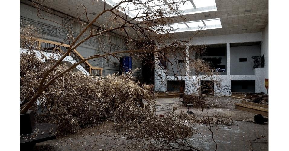 """24.set.2014 - """"As pessoas acham bonitas essas fotos de ruínas. Há algo muito bonito nas ruínas, sejam elas de um shopping ou de uma cidade romana"""", pontua Lawless. Com seu trabalho, ele tem a intenção de aumentar o ativismo social"""