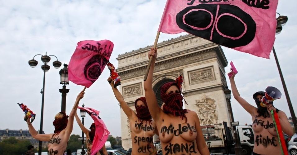 24.set.2014 - Ativistas do Femen fazem um protesto contra os militantes do Estado Islâmico, em frente ao Arco do Triunfo, em Paris