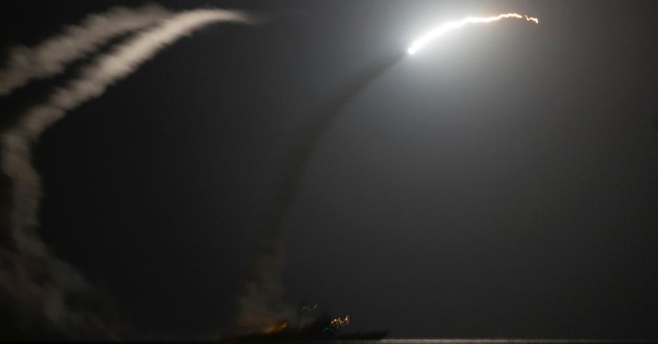 24.set.2014 - Cruzador da Marinha dos EUA ancorado no golfo Pérsico dispara míssil Tomahawk contra alvos do Estado Islâmico na Síria. O navio de onde partiu o míssil e o de a cena foi registrada fazem parte da frota de apoio à ação dos EUA e aliados contra o grupo extremista Estado Islâmico, que ocupa grandes porções da Síria e do Iraque