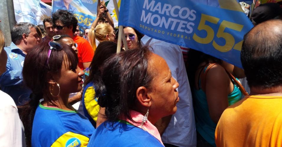 24.set.2014 - Das cerca de 200 pessoas que acompanharam o candidato Aécio Neves (PSDB) durante evento em Uberaba (MG),pelo menos metade eram funcionários contratados pelo comitê de campanha do deputado federal e candidato à reeleição Marcos Montes (PSD-MG), que também foi prefeito de Uberaba, por dois mandatos (1997-2000/ 2001-2004)