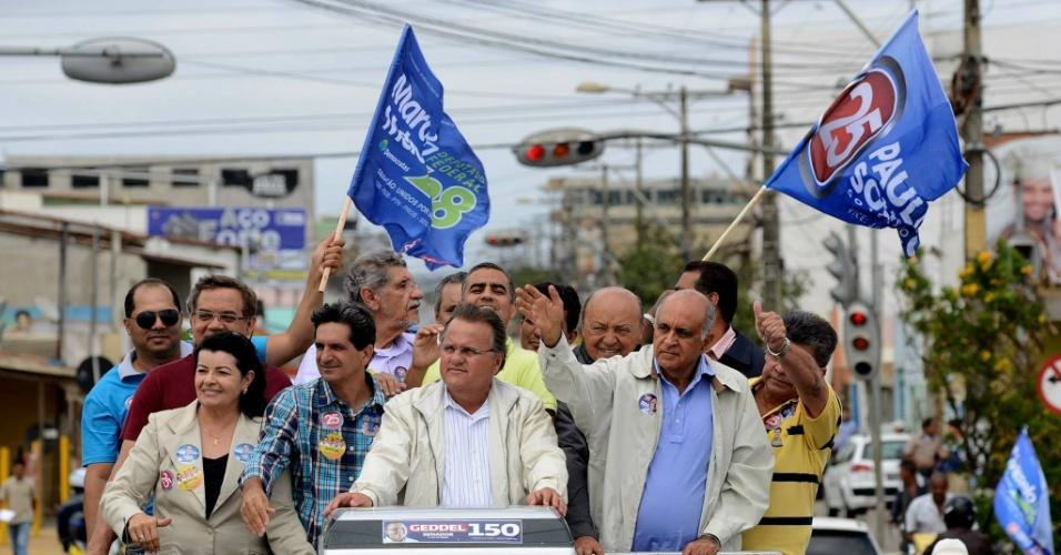 24.set.2014 - Geddel Vieira Lima (centro), candidato ao Senado pelo PMDB e Paulo Souto (DEM) (dir.), candidato ao governo da Bahia, fazem campanha em Vitória da Conquista