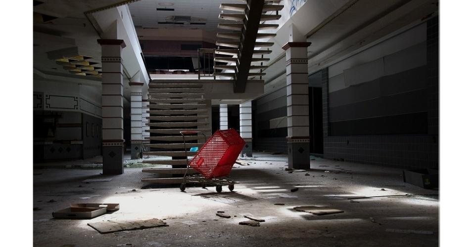 24.set.2014 - Lawless entrou nesses shoppings sem permissão dos proprietários e se escondendo dos seguranças locais. Ele conta que ficou horas perambulando pelos edifícios vazios para conseguir captar o processo de decadência irreversível a que eles estavam fadados