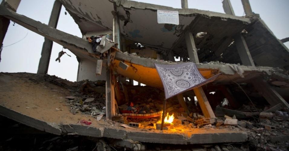 24.set.2014 - Menino palestino senta sobre ruínas da casa da família, que foi destruída durante os 50 dias de conflito entre Israel e o Hamas, no bairro de Shejaiya da Cidade de Gaza, nesta quarta-feira (24). Um novo acordo mediado pela ONU estabeleceu base para empresas privadas ajudarem a reconstruir Gaza após o conflito de sete semanas, que deixou 100 mil pessoas sem lugar para morar