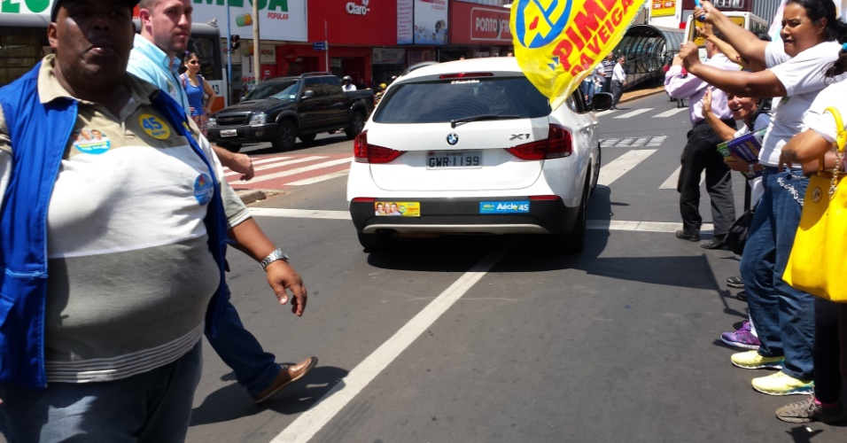 24.set.2014 - O candidato a presidente da República Aécio Neves (PSDB) cumpriu agenda de campanha nesta quarta-feira na cidade de Uberaba, no Triângulo Mineiro. Ele foi em carreata até o centro da cidade, onde andou por calçadões e fez o corpo-a-corpo com os eleitores.