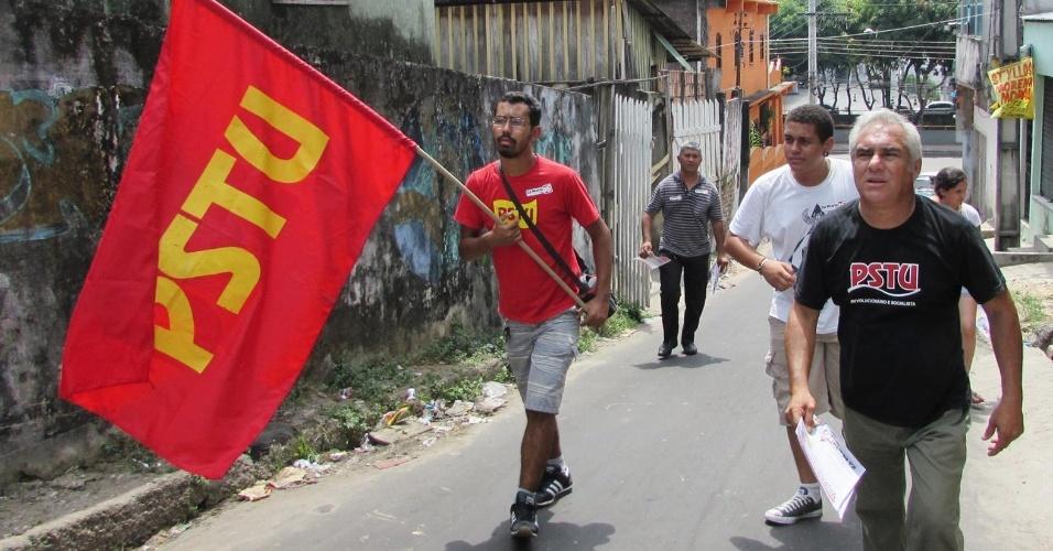 24.set.2014 - O candidato ao governo do Amazonas Herbert Amazonas (PSTU) entrega panfletos em bairro de Manaus