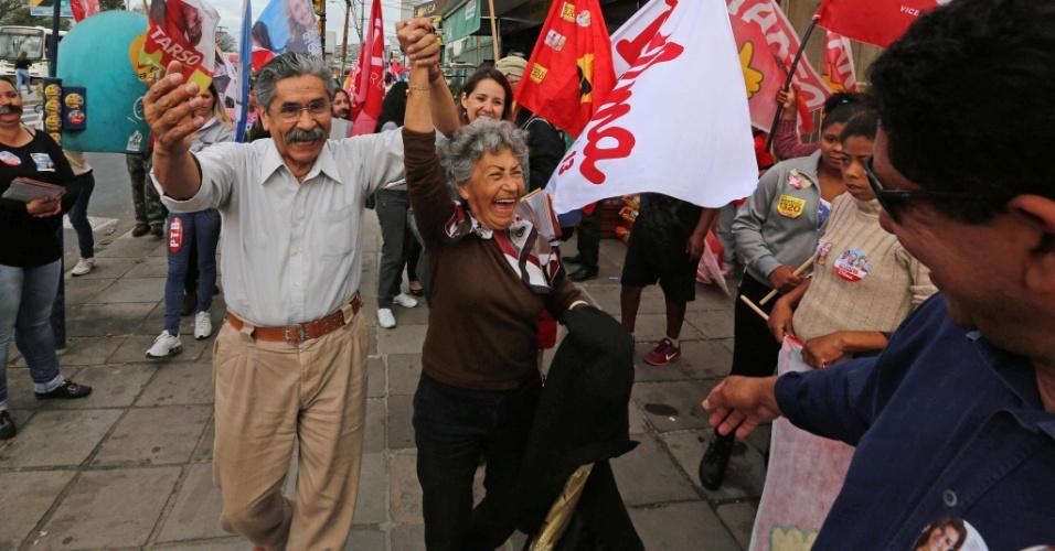 24.set.2014 - O candidato ao Senado pelo Rio Grande do Sul Olívio Dutra (PT) vibra durante caminhada em Porto Alegre
