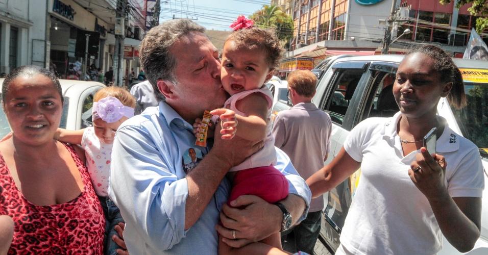 24.set.2014 - O ex-governador do Rio de Janeiro e candidato do PR ao Palácio Guanabara, Anthony Garotinho, beija o rosto de uma criança durante caminhada na cidade de Três Rios, no centro-sul fluminense
