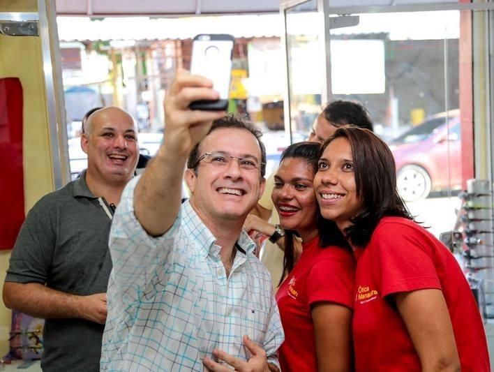 26.ago.2014 - Chico Preto (PMN), candidato ao governo de Amazonas, tira ''selfie'' (autorretrato) com apoiadoras durante campanha eleitoral