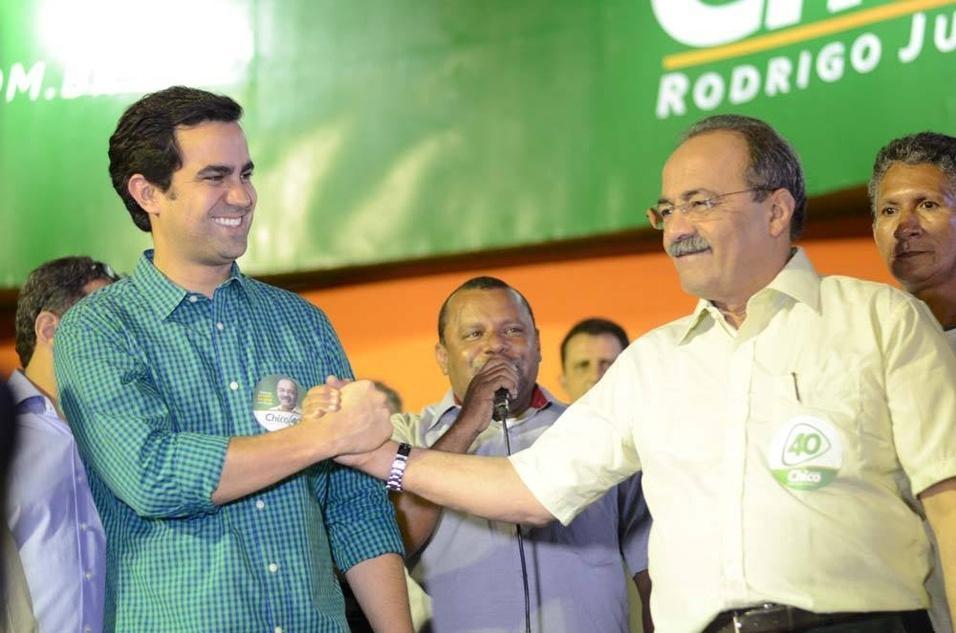 28.ago.2014 - Chico Rodrigues (dir.), candidato à reeleição ao governo de Roraima pelo PSB, participa de comício com seu vice na chapa, Rodrigo Jucá (PMDB), filho do senador Romero Jucá