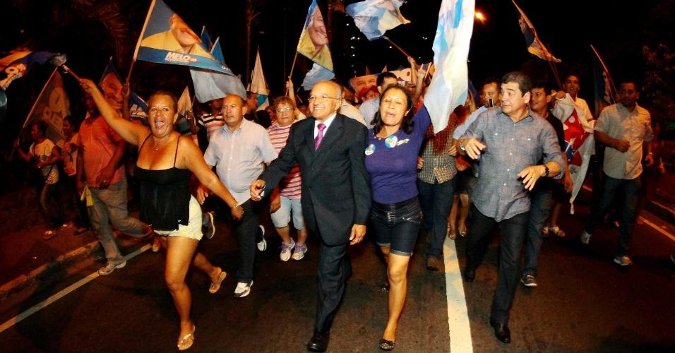 28.ago.2014 - O candidato José Melo (Pros), atual governador do Amazonas, deixa o debate de candidatos ao governo do Estado, na sede do Band Amazonas em Manaus (AM)