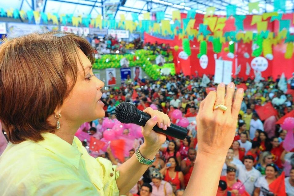 28.jun.2014 - A candidata ao governo estadual Angela Portela (PT) discursa para militância durante evento em Boa Vista, em Roraima