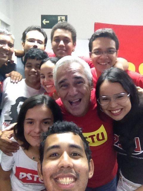 29.jun.2014 - O candidato ao governo do Amazonas Herbert Amazonas (PSTU) tira ''selfie'' com membros da juventude do partido, em Manaus