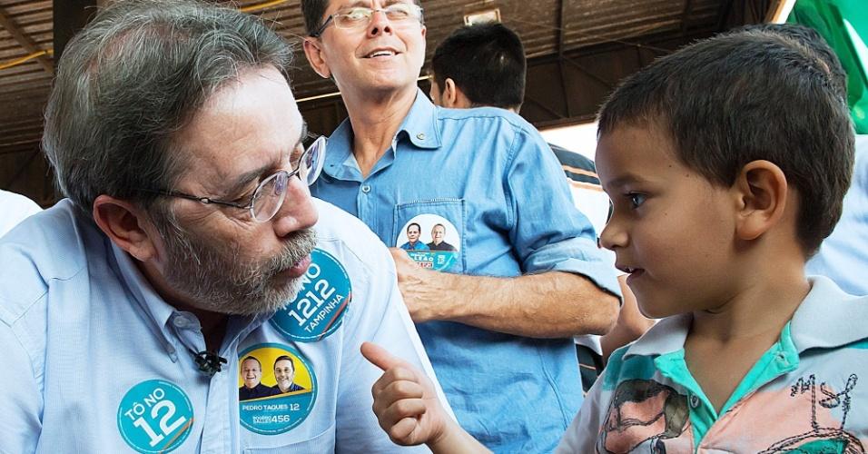 2.set.2014 - Candidato ao Senado pelo Mato Grosso Rogério Salles (PSDB) conversa com menino durante evento da campanha eleitoral no Estado