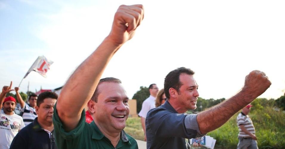 2.set.2014 - Candidato do PR ao Senado em Mato Grosso Wellington Fagundes (de camisa verde) caminha ao lado de Lúdio Cabral, postulante do PT ao governo mato-grossense, na cidade de Várzea Grande