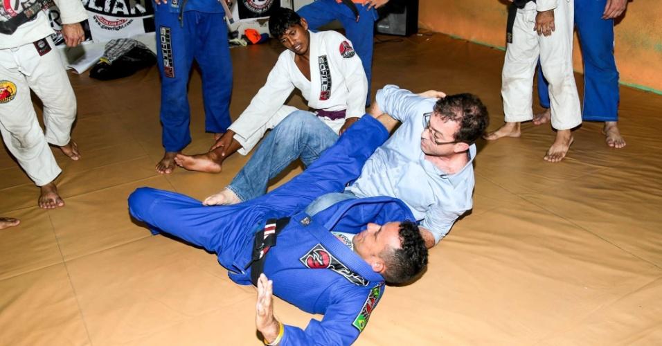 2.set.2014 - Durante campanha, Chico Preto (PMN), candidato ao governo de Amazonas, participou de uma aula de artes marciais