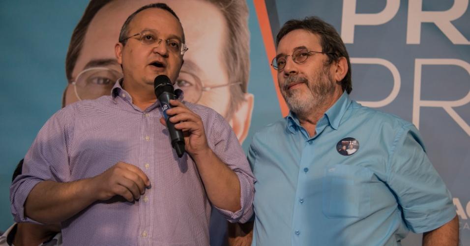 30.jul.2014 - Pedro Taques (PDT) e Rogério Salles (PSDB), candidatos a governador e senador em Mato Grosso, durante evento que apresentou Salles como postulante da chapa