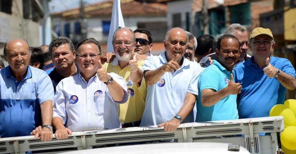 31.ago.2014 - O candidato ao senado Geddel Vieira Lima (PMDB) (esq). faz campanha ao lado do candidato ao governo do Estado, Paulo Souto (DEM)