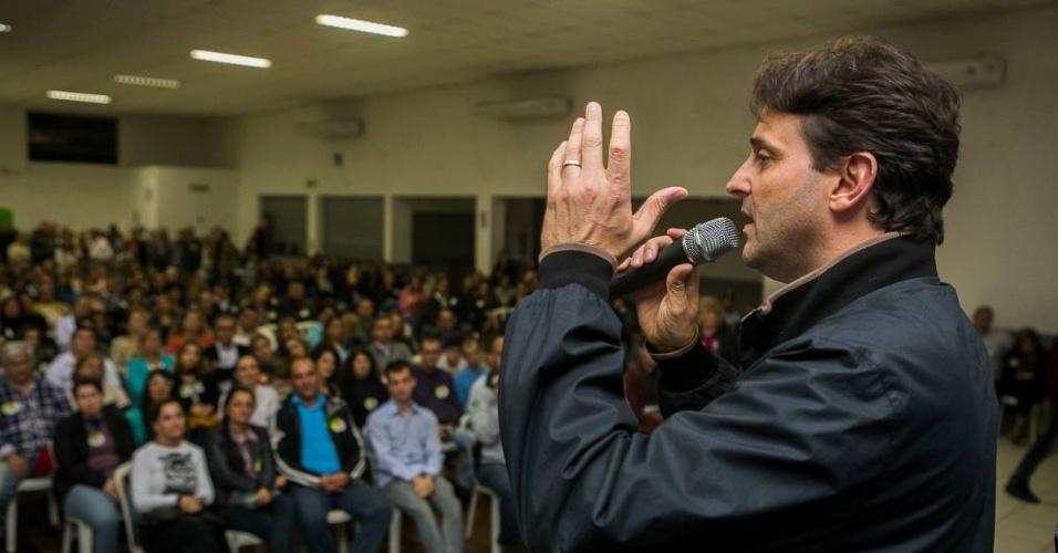 3.set.2014 - O candidato do PSB ao Senado, Paulo Borhausen, discursa durante evento de campanha em Santa Catarina