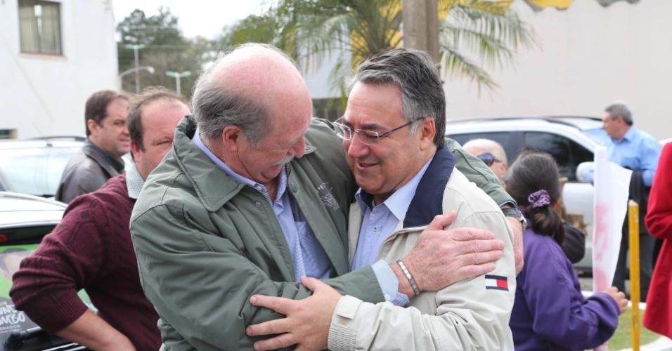 7.set.2014 - O candidato ao governo de Santa Catarina pelo PSD, Raimundo Colombo, cumprimenta eleitor durante campanha