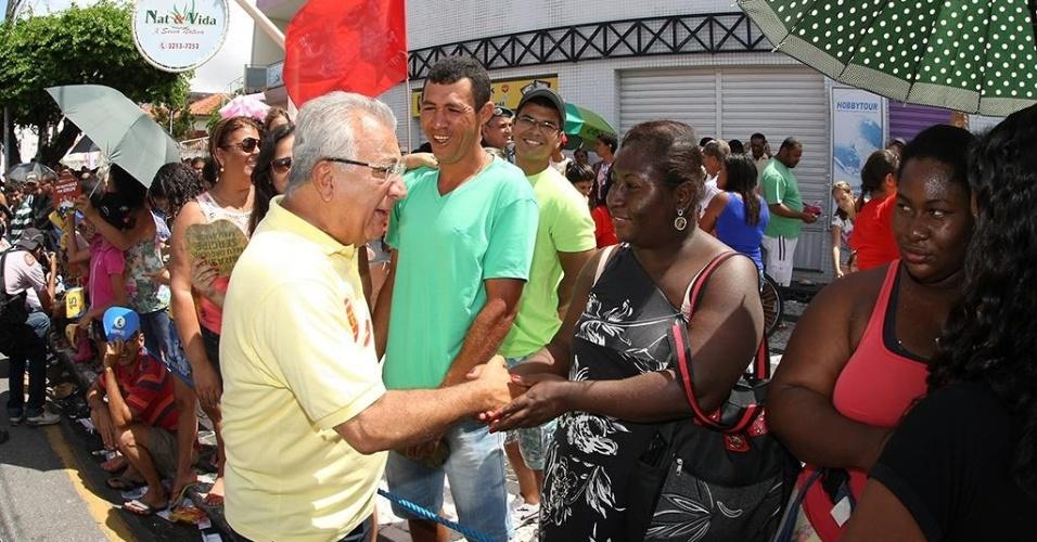 7.set.2014 - O candidato do PMDB ao governo de Sergipe, Jackson Barreto (de amarelo), cumprimenta eleitores durante evento de campanha na avenida Barão de Maruim, em Aracaju