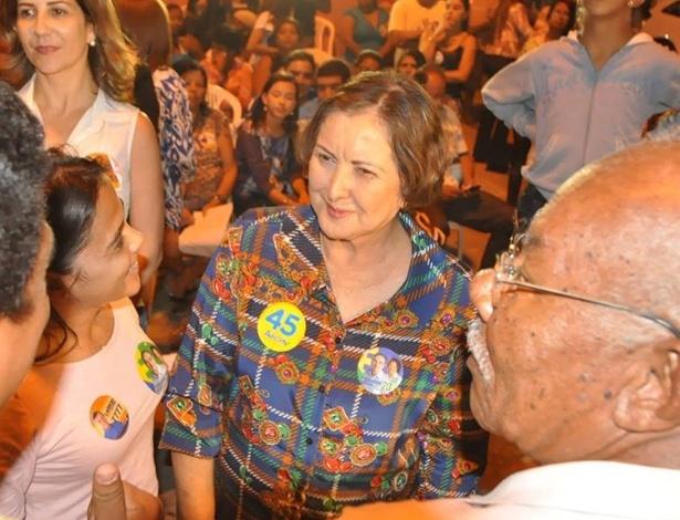 9.set.2014 - A candidata do DEM ao Senado por Sergipe, Maria do Carmo, conversa com eleitores em Aracaju.Ela lidera com folga as últimas pesquisas de intenção de votos