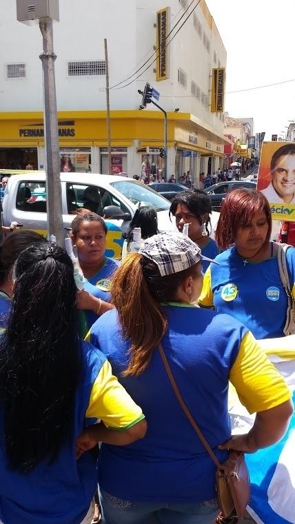 Os apoiadores profissionais de Aécio reuniram-se no centro de Uberada após o término do ato de campanha, e juntos voltaram para o comitê do deputado federal e candidato à reeleição Marcos Montes (PSD)