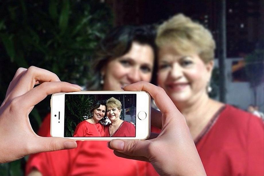 17.set.2014 - A candidato do PSB ao Senado do Rio Grande do Norte, Wilma de Faria, tira foto ao lado de uma eleitora durante campanha pelo interior do Estado
