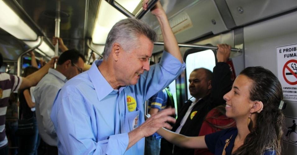24.set.2014 - O candidato do PSB ao governo do Distrito Federal, senador Rodrigo Rollemberg, anda de metrô e conversa com eleitora