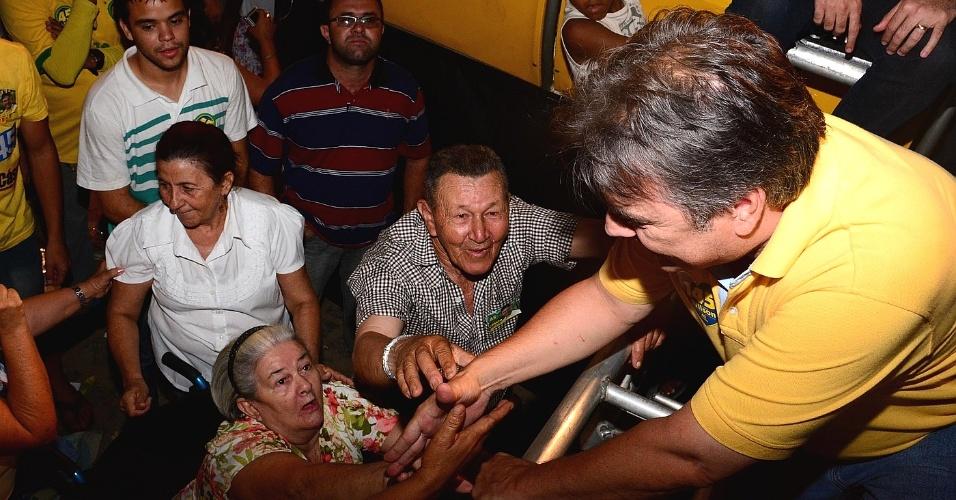 24.set.2014 - Senador Cássio Cunha Lima (PSDB), candidato a governador da Paraíba, durante visitas ao Sertão, nesta terça-feira, 23