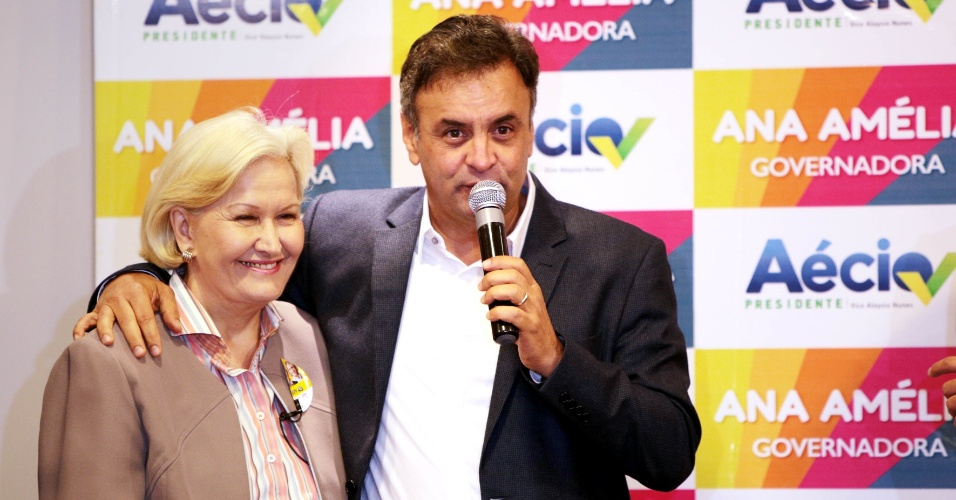 25.set.2014 - A candidata do PP ao governo do Rio Grande do Sul, senadora Ana Amélia Lemos, participa de coletiva de imprensa junto com o candidato do PSDB à Presidência da República, Aécio Neves, em Porto Alegre, nesta quinta-feira. De acordo com pesquisa Ibope divulgada na quarta-feira (25), Ana Amélia está à frente da disputa pelo governo do Estado, com 37% das intenções de voto. Em segundo lugar está o atual governador, Tarso Genro (PT), que tem 30%