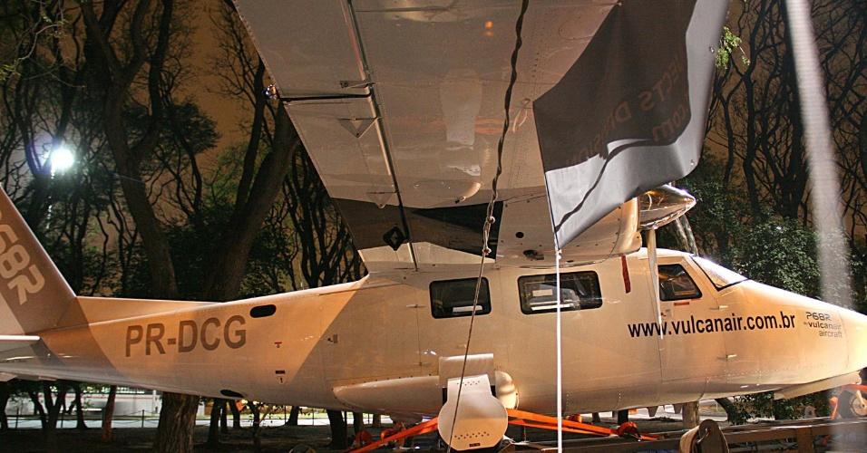 25.set.2014 - Avião Vulcanair, modelo P68R, é transportado pelas Marginais Tietê e Pinheiros, com destino ao Transamérica Expo Center, em São Paulo (SP). A travessia da carreta superdimensionada levando o avião foi acompanhada pela CET (Companhia de Engenharia de Tráfego) durante o trajeto